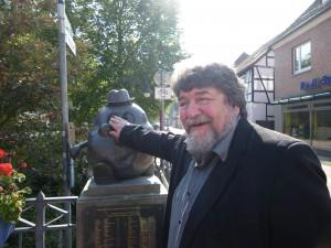 Prof. Volker von dem Nökel vor einem Kartoffeldenkmal in Rotenburg